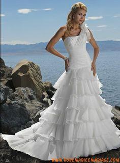Robe A-ligne multi-couches avec une bretelle en taffetas décorée de plis robe de mariée 2011