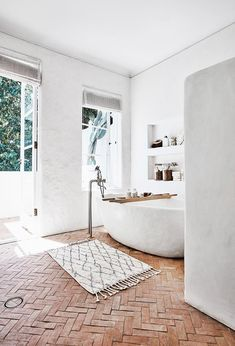 An all-white interior is the perfect canvas for stylist Romi Weinberg's collection of modern rustic furniture and décor. Here is her guide to modern rustic interior design and decorating with white. Modern Rustic Furniture, Modern Rustic Homes, Rustic Home Interiors, Rustic Home Design, Rustic Modern Bathrooms, Modern Rustic Decor, Rustic Style, Modern Design, Terracotta Floor