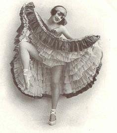 Danseuse du Moulin Rouge, (Reminds me of a gypsy. Look Vintage, Vintage Girls, Vintage Beauty, Moulin Rouge Paris, Le Moulin, Cabaret, Belle Epoque, Vintage Pictures, Vintage Images
