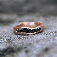 Aliança em ouro rosa com diamantes negros 😍