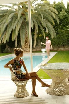 the hedge and those palms. Slim Aarons vibes in Maggy Frances Shrimpton shift dress in Honolulu floral, paired with vintage Emilio Pucci sandals (c. vintage belt (c. Slim Aarons, Jeff Leatham, Palm Springs Style, My Pool, Mid Century Modern Decor, Summer Lookbook, Mid Century Style, Vintage Industrial, Industrial Interiors