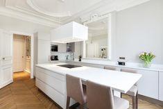 Grande cuisine avec îlot central dans un appartement haussmanien