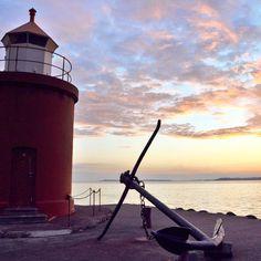 Attimi di tramonto infinito ad #Ålesund momenti memorabili della prima notte di un viaggio fantastico. Ancora uno scatto del lungo tramonto norvegese qui è circa mezzanotte e il sole ancora non vuole scendere sotto l'orizzonte ma il suo esitare ci regala colori e riflessi mozzafiato! #FjordExperience  #Norvegia #visitNorway