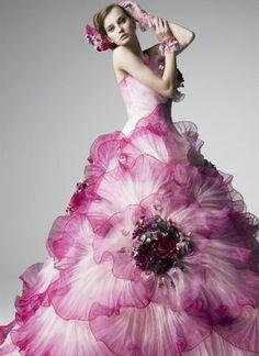 Yumi Katsura Looks like a flower! Flower Dresses, Pretty Dresses, Flower Skirt, Beautiful Gowns, Beautiful Outfits, Evening Dresses, Prom Dresses, Dresses Uk, Mode Glamour