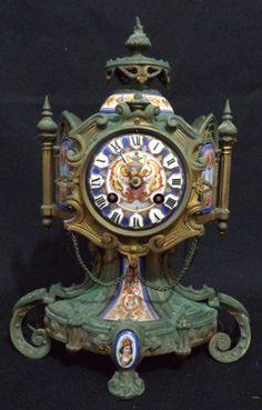 Magnífico relógio francês para cima de móvel do séc. XIX. Caixa em bronze patinado guarnecida com pl