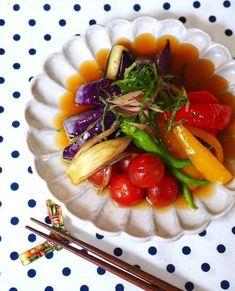 色鮮やかな旬の夏野菜はキレイな見た目のまま、美味しくいただきたいもの。そんなときにオススメなのが、揚げびたしです。野菜をカラッと素揚げしておだしに浸す揚げびたしは、変色なしで常備菜にもできるお役立ちレシピ。素材やおだしの味の組み合わせで、お好みのアレンジが楽しめますよ♡