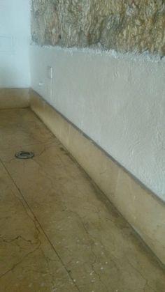 Estado del piso antes de iniciar proceso, la piedra se encuentra con manchas, suciedad y sin brillo
