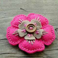 Cute brooch using craft felt and embroidery. Felt Diy, Felt Crafts, Fabric Crafts, Sewing Crafts, Sewing Projects, Felt Embroidery, Felt Applique, Felt Flowers, Fabric Flowers