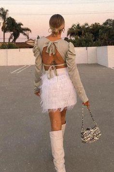 Foto: delaneychilds- Looks com costa à mostra, confira esta combinação estilosa com saia branca com pelinhos e bota de cano alto e mais ideias de looks com a trend neste artigo. Costa, Clueless, Ideias Fashion, Tulle, Skirts, Outfit Ideas, Outfits, White Skirt Outfits, Women's