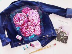 Painting on jeans painting on fabric acrylic on fabric painting on jacket design denim jacket and jeans peonies painting drawing peonies peony Painted Denim Jacket, Painted Jeans, Painted Clothes, Denim Paint, Diy Clothing, Custom Clothes, Denim Kunst, Jean Jacket Design, Diy Fashion
