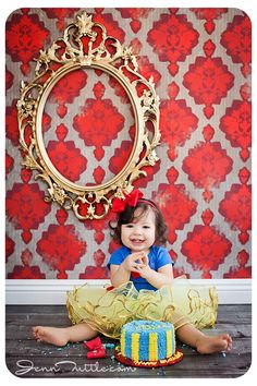 Oh my goodness! I LOVE this Snow White cake smash theme! maybe somthing for b-day for June Little Girl Birthday, Baby First Birthday, 1st Birthday Parties, Cake Smash Photography, Birthday Photography, Snow White Cake, Snow White Tutu, Snow White Birthday, 1st Birthday Photos