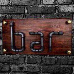 letrero de bar tipo vintage con tubería y madera