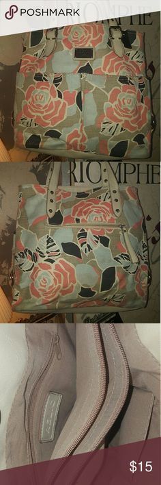 Relic brand floral handbag This bag is bright and just stunning!  It is a khaki color with a floral pattern.  The colors are a mix of coral, creme and tiffany box blue.  This is the perfect purse for spring and summer!  Happy Poshing! Relic Bags Totes