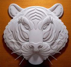 Desde los Angeles nos llega el bonito trabajo de Jeff Nishinaka. Empezó a hacer esculturas de papel hace más de 31 años. Desde entonces, ha estado experimentando, refinando su dibujo y habilidad técnica. Con herramientas básicas como son: un lápiz, un cuchillo, pegamento, goma de borrar, papel y por supuesto un trabajo muy intensivo con el que Jeff consigue este espectacular resultado monocromático que vas a ver a continuación.