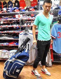 【大阪店】 2013年6月6日 TV等で活躍中のニッチローさんが遊びに来てくれましたー!!ヤンキースのキャリー付きバックもバッチリですネ('-^*)/ #mlb