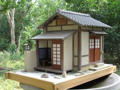 "The Guys from Texas teach ""Teahouse of the Paper Moon"", an authentic Japanese Tea House. Small Japanese House, Japanese Style House, Traditional Japanese House, Japanese Homes, Houses Architecture, Japanese Architecture, Living Roofs, Natural Building, Miniature Houses"