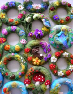 Creative design - color dreams - beauty for the sensesWant fantastic helpful hints about arts and crafts? Head out to my amazing site!Use up some of those polystyrene rings Felt Diy, Felt Crafts, Waldorf Crafts, Felt Pictures, Felt Wreath, Needle Felting Tutorials, Felt Decorations, Needle Felted Animals, Wet Felting