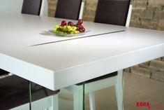 Detail jedálenského stola so sklenenými nohami Detail of dining room table