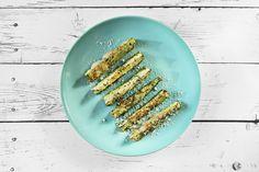 Fertige Zucchini-Schnitten mit Parmesan, servierbereit.