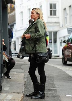 Kate Moss flashes sapphire ring amid claims she's engaged to Count Nikolai von Bismarck Glam Rock, Moss Fashion, Autumn Fashion, Naomi Campbell, Estilo Kate Moss, Jamie Hince, Estilo Glam, Kate Moss Style, Color Negra