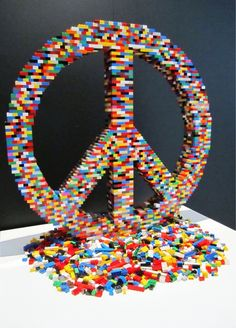 ☮✌~Paz~✌☮ Peace ⊰❁⊱ Mandala ⊰❁⊱ Impressive Artworks from Lego Bricks--I've been wondering what I'll do with all of those logos when they outgrow them someday. Comic Cat, Lego Sculptures, Lego Craft, Lego Lego, Cool Lego Creations, Lego Design, Lego Worlds, Lego Brick, Legoland