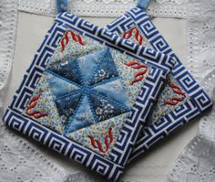 Smallest make stunning Mug Rugs. Potholders, Mug Rugs, Quilts, Blanket, Mugs, Projects, How To Make, Scrappy Quilts, Log Projects
