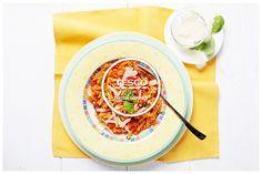 Těstoviny s rajčatovou omáčkou a sýrem  http://www.tescorecepty.cz/recepty/detail/31-testoviny-s-rajcatovou-omackou-a-syrem