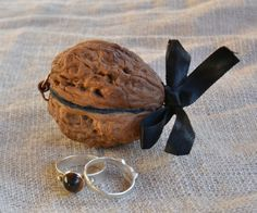 I made this cute jewelry box with a big walnut.If you like it vote it in the contests, thank you!
