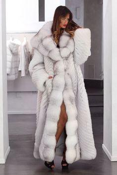 Nadire Atas on Luxury Fur Designer Coats Pelliccia cappotto di pelliccia cappotto blu Volpe niente è impossibile JACKET DREAM FUR лиса Fur Coat Fashion, Fox Fur Coat, Fur Coats, Cool Coats, Fabulous Furs, Fetish Fashion, White Fur, Fur Jacket, Mannequin
