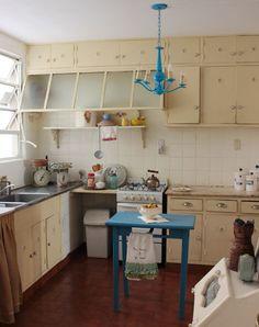 Interesante reciclaje de cocina antigua: es para rescatar la idea de la lámpara en el mismo color que la mesita auxiliar