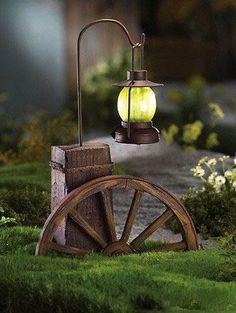 rueda de carro y farol para adornar jardin