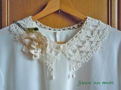 #40レース糸で編んだ付け衿です。前中心にパール釦を一つ付けました。前衿の先に涙型のニットボールを付けてアクセントにしています。衿ぐり 52cm衿丈 8.5c... ハンドメイド、手作り、手仕事品の通販・販売・購入ならCreema。