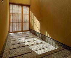 最近になって古民家のリノベーションやあえて和風なインテリアの住宅を建てる人が増えてきています。そこで今回は、古き良き日本の住宅とはひと味違った、機能的でおしゃ… Asian Interior Design, Japan Interior, Japanese Modern, Japanese House, Japanese Style, House Paint Exterior, Interior And Exterior, Japanese Architecture, Architecture Design