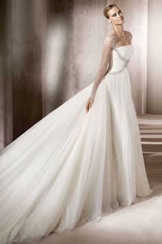 We can see Katniss from #hungergames in this amazing Pronovias gown!