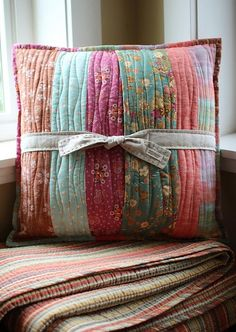 patchwork quilted pillows for L/R? Patchwork Quilting, Quilting Tips, Machine Quilting, Quilting Projects, Quilting Designs, Fabric Crafts, Sewing Crafts, Scrap Fabric, Memory Pillows