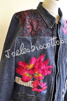 Veste en jean zippée taille 44/46, customisée, fleurie, JoeLesBiscottos Jeans, Denim, Jackets, Etsy, Fashion, Jean Jacket Vest, Fashion Ideas, Embroidery, Human Height