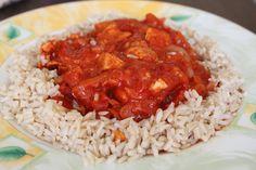 INDYK DUSZONY w sosie cebulowo-pomidorowym:  150g piersi indyka,1 cebula,40g koncentratu pomidorowego(pół słoika),1 pomidor,brązowy ryż (pół woreczka),sól,pieprz,papryka ostra. Ryż ugotować.Filet z indyka pokroić w w paski,podsmażyć na patelni bez tłuszczu,doprawić solą,pieprzem i papryką.Gdy mięso będzie gotowe dodać cebulę i odrobinę wody,dusić pod przykryciem kilka minut.Kiedy cebulka będzie miękka dodać koncentrat pomidorowy i pokrojonego w kostkę pomidora,jeszcze chwilę gotować.