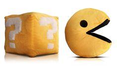 Almofábrica é uma marca paulistana que surgiu em 2011 com o intuito de oferecer peças divertidas e confortáveis. Eu to cobiçando do fantasma do Pac-Man e o cubo do Mario Bros.  ...