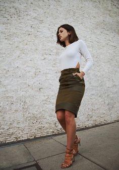 Una camiseta de manga larga blanca y una falda verde oliva son el combo perfecto para llamar la atención por una buena razón. Sandalias de tacón de cuero marrónes son una opción buena para complementar tu atuendo.