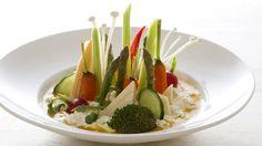 Salada de novo? Calma, a alimentação saudável não precisa (e nem deve ser) monótona. Deixe as folhas de lado e aprenda a fazer uma salada que já começamos a comer com os olhos,variando ainda mais seu cardápio com este prato leve, versátil e nutritivo.