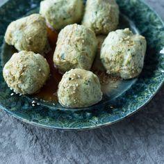 Sanft gedämpft, verwandelt sich das feine Püree aus Lachs, Zucchini und Zwiebeln in locker luftige Nocken, die mit einem asiatischen Dip serviert werden.