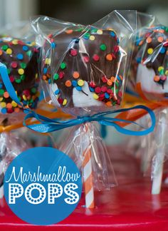 Can't go wrong with marshmallow pops! Can't go wrong with marshmallow pops! Christmas Fair Ideas, Christmas Food Gifts, Holiday Treats, Christmas Fun, School Birthday Treats, School Treats, Birthday Parties, Snacks Für Party, Party Treats