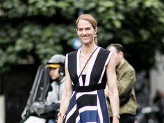 【SPUR】スポーティなサンダルを合わせてドレスをヘルシーに着こなす | ファッショニスタの選んだ今年のサマードレスはこれ!