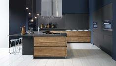 Deze moderne keuken bevat het perfecte contrast tussen donker en licht in deze keuken. De hoge ka...