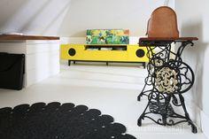 Kącik do pracy ożywia żółta szafka w stylu lat 60 tych