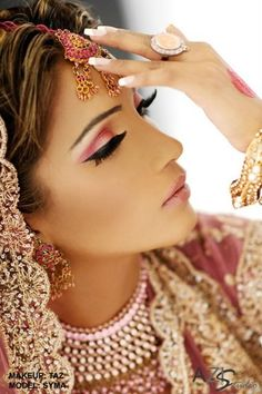 indian makeup, Indian brides are always known for their eye catching make up Indian Bridal Makeup, Asian Bridal, Wedding Makeup, Bride Makeup, Pakistani Makeup, Moda Indiana, Hair Makeup, Eye Makeup, Pink Makeup