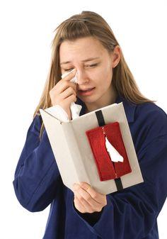Bestehend aus schönem Wollfilz wird Sniff-Sniff einfach am Buchdeckel angebracht. Damit sind die Taschentücher immer griffbereit. Für bewegende Lektüre, kleine Schnupfen oder große Grippen. Auch...