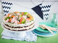 Saaristolaisleipä sopii kala-katkarapuvoileipäkakkuun kuin nenä päähän. Raikkkaan sitruunainen kakku maistuu pikkusuolaisena tai osana juhlapöytää.