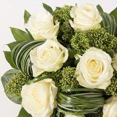 Bouquet+rond+de+roses+blanches+gros+boutons+dans+un+écrin+de+feuillage.+  Ce+bouquet+existe+en+coloris+:+