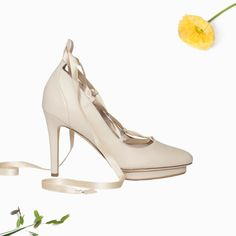 A comfortable high heel made with cream calfskin and silk lace. Leather lining and orthopedic insole. 7 cm heel height.